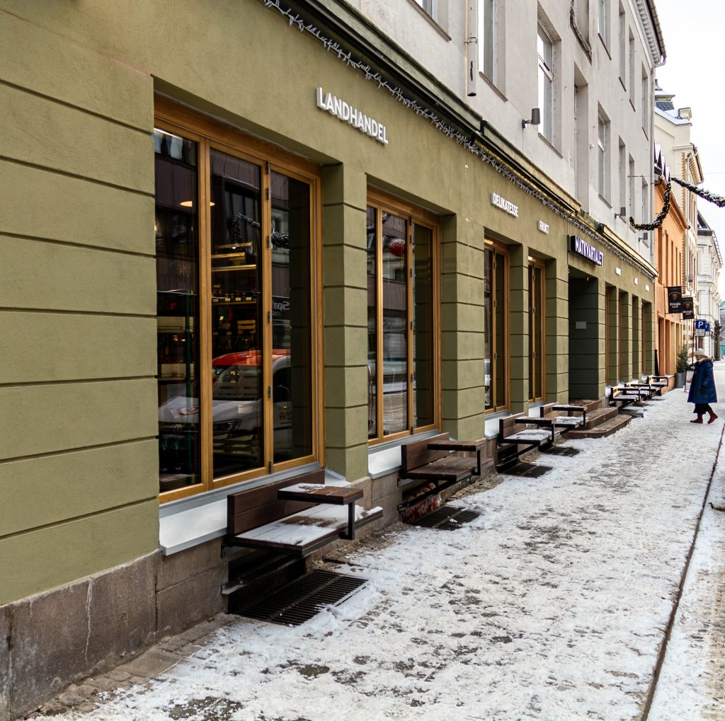 Tilbakeførte gatefasader mot Torggata på Hamar, med benker og foldevinduer som gir åpenhet i fasaden og aktivitet på gateplan