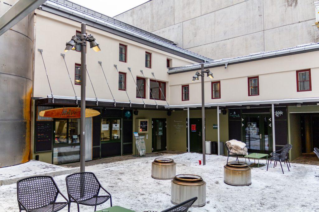 Bakgården er transformert til å romme serveringskjøkken, spiseplasser og en egen Omakase-restaurant.